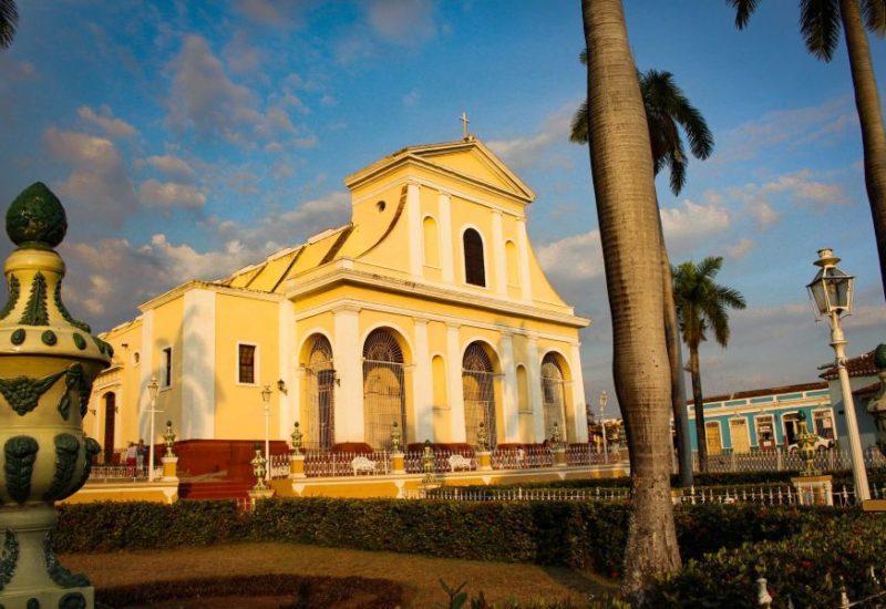 Gepflasterte Gassen, kleine romantische Innenhöfe und eindrucksvolle bunte Kolonialbauten erwarten dich in Trinidad.