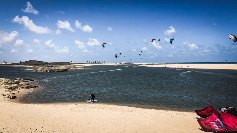 Kiten in Cumbuco, Brasilien. Taiba eignet sich besonders als Kitespot für Anfänger.