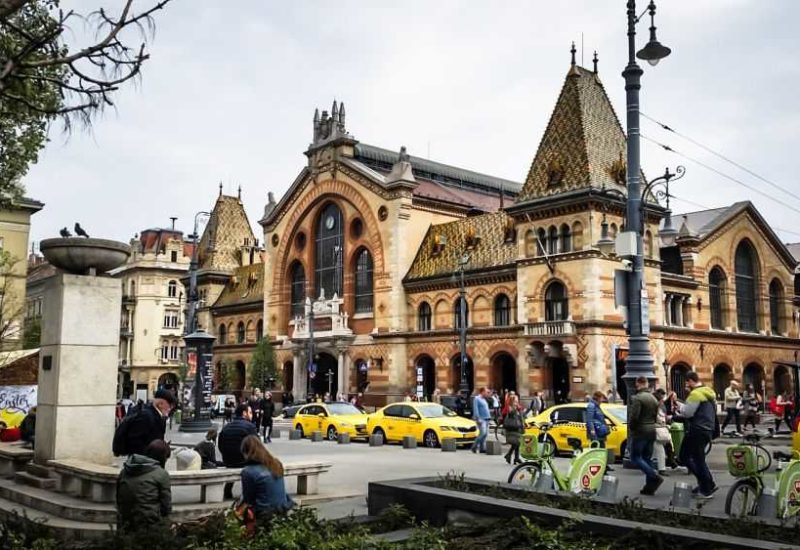 Die große Markthalle im Stadtteil Pest, Städtereise Budapest.