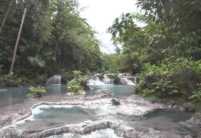 Kleine Wasserfälle an den Cambugahay Falls auf Siquijor in den Philippinen