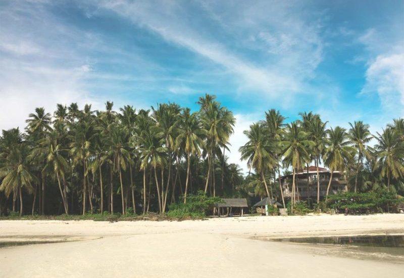 Sandbank auf dem Salangon Beach mit Sicht auf das Charima Resort