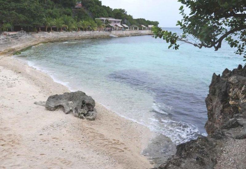 Strand, Meer und Felsen am Salagoong Beach Resort