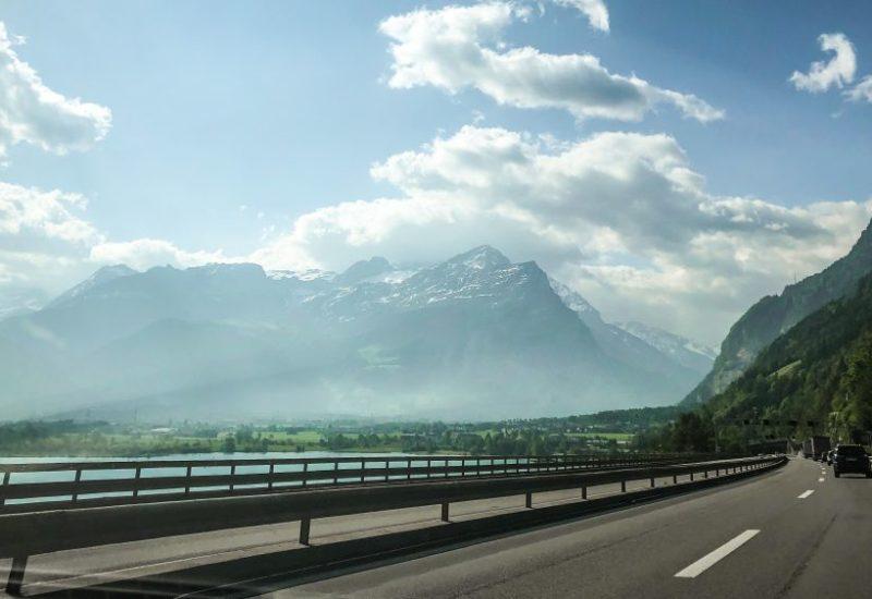 Die-Fahrt nach Genua durch die Schweiz