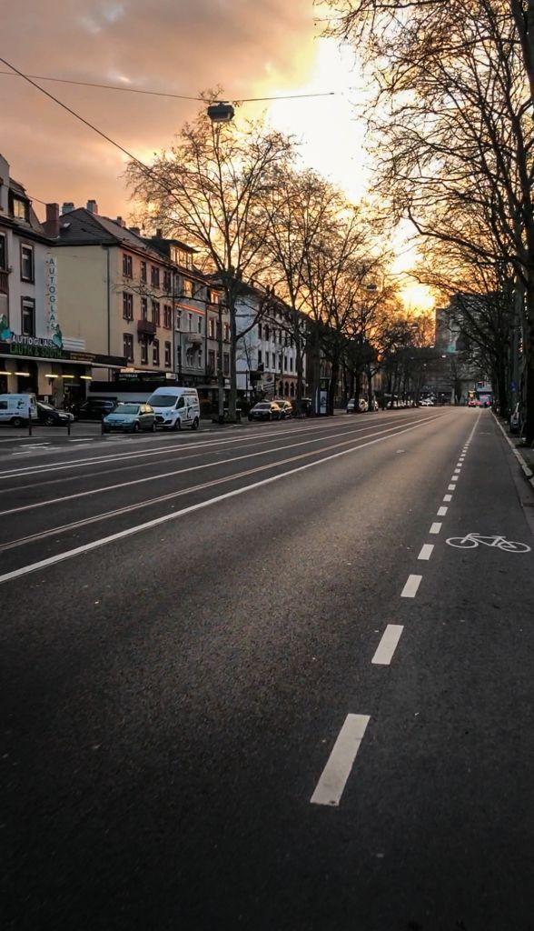 Frankfurt zu Corona Zeiten, leere Straßen, auch zur Rushhour.